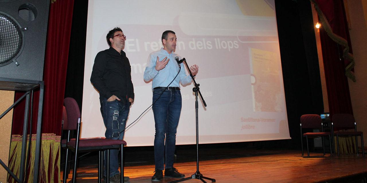 Estudiants alcoians interactuen amb l'escriptor Carles Cortés