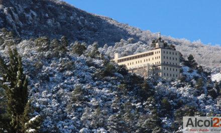 La nieve helada imposibilita estacionar en el Santuario de la Font Roja