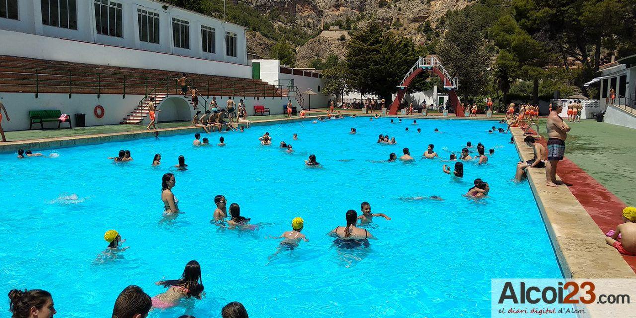 Puja el nombre de banyistes a les piscines municipals d'Alcoi