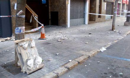 Desprendimiento de placas de una fachada en la Alameda