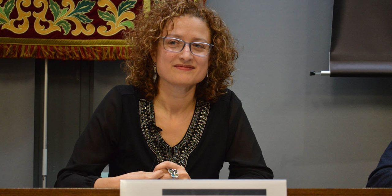 """Margarita Marqués """"cose"""" la alta costura y la modificación genética en su conferencia en la Semana de la Ciencia del Campus de Alcoy de la UPV"""