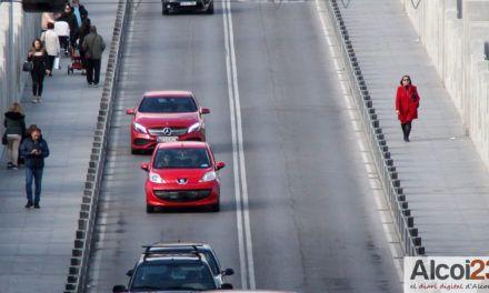 El pas de vehicles multiplica per tres la contaminació de l'aire del Centre d'Alcoi