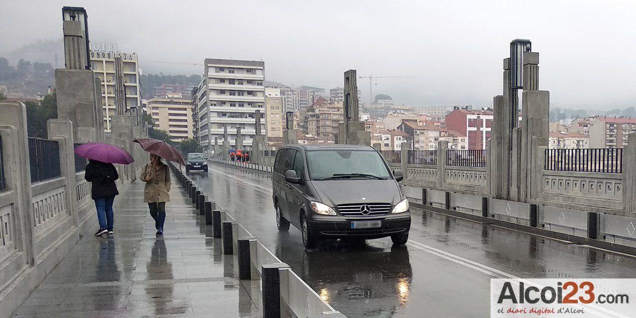 Cs solicita la instalación de indicadores en los puentes y otras localizaciones con problemas para recomendar a los peatones que circulen por la derecha