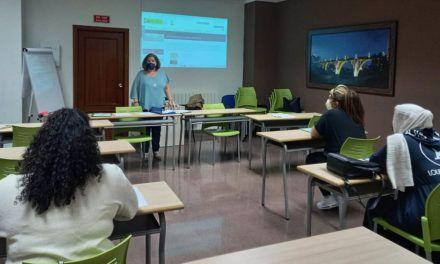 El programa d'inserció sociolaboral porta a terme un taller de formació per millorar l'ocupabilitat